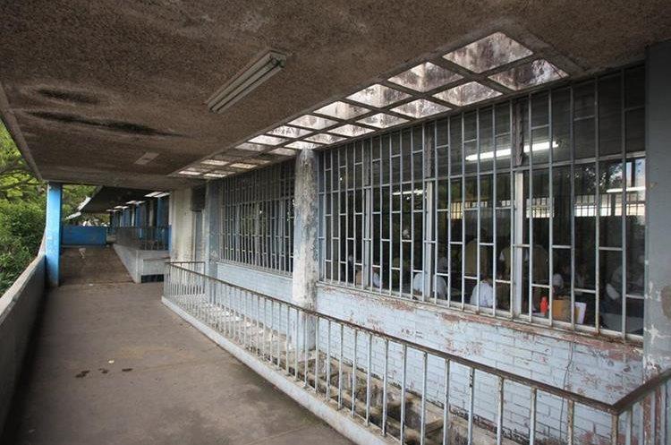 Las aulas de Comercio 2 lucen despintadas y descuidadas. (Foto Prensa Libre: Esbin García)