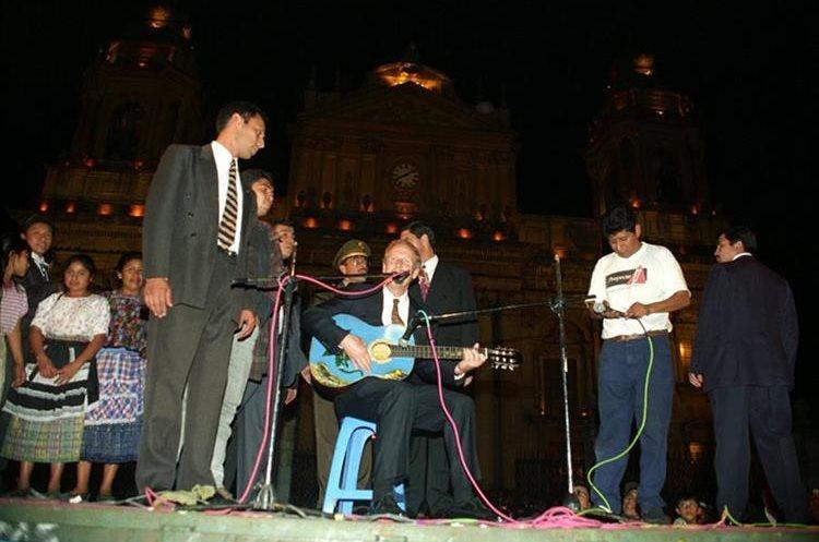El 14 de septiembre de 1997, el entonces presidente Álvaro Arzú entonó una canción frente a la Catedral, en conmemoración del aniversario de la Independencia de Guatemala; lo acompañaba su escolta, el capitán Byron Lima. (Foto: Hemeroteca PL)