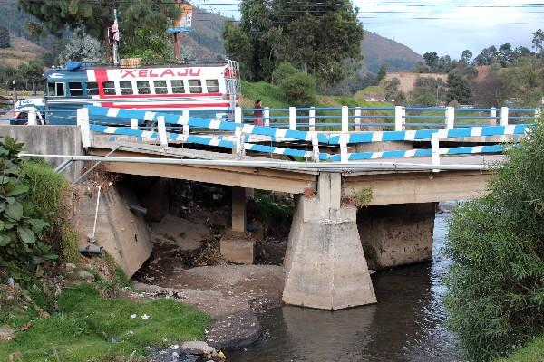 Puente que cruza el río Xequijel, Quetzaltenango, tiene daños en sus bases, y de un momento a otro podría caer y causar una tragedia.