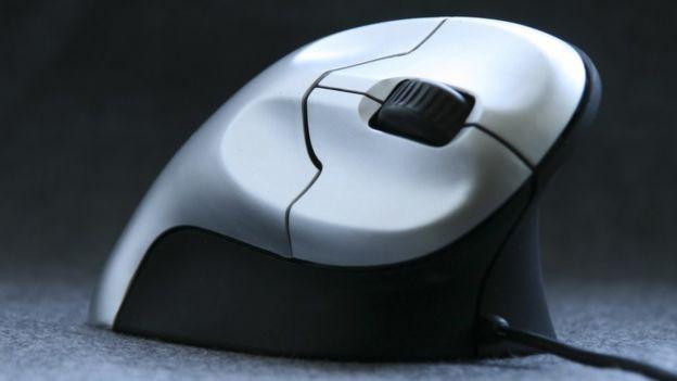 ¿Quieres prevenir lesiones? Utiliza un mouse ergonómico (THINKSTOCK).