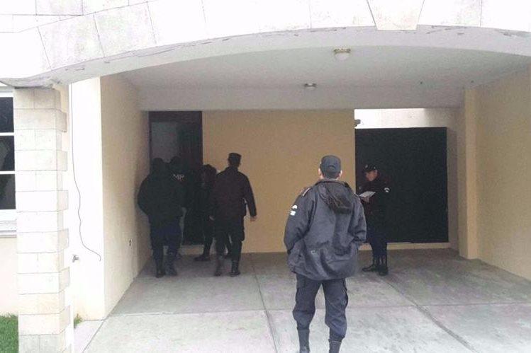 Agentes de la PNC resguardan una de las viviendas allanadas durante operativos en provincia. (Foto Prensa Libre: PNC)