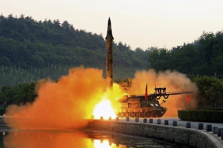 Corea del Norte efectuó una prueba de misiles de fuego tierra-mar equipados con sistema guiado de precisión hace unos meses. (Foto Prensa Libre: EFE)
