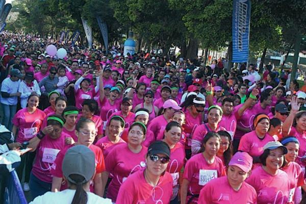 Unos 7 mil participantes tuvo la Carrera-Caminata Avon que celebró su 15 edición. (Foto Prensa Libre: Carlos Vicente)