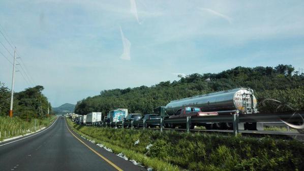 Largas filas de vehículos ha causado el bloqueo en el km 113, en Cocales. (Foto Prensa Libre: @SantosDalia)