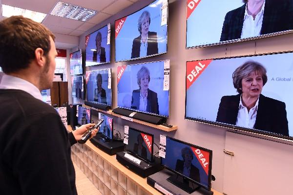 En Liverpool, un comercio muestran en las televisiones un discurso de Theresa May.(AFP).