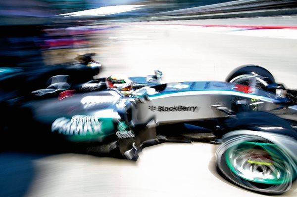 El piloto británico de Fórmula uno Lewis Hamilton, de Mercedes, dirige su monoplaza durante la sesión de entrenamientos para el GP de Malasia. (Foto Prensa Libre: EFE)