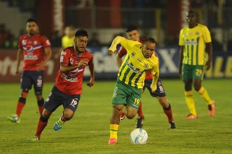 Kevin Norales conduce el balón, durante el partido de esta noche. (Foto Prensa Libre: Francisco Sánchez)