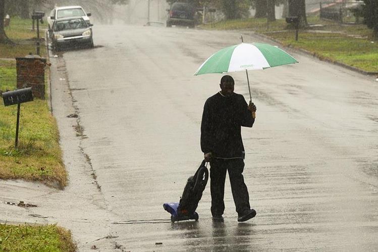 El tornado tocó tierra en el condado Jefferson, en Alabama este viernes. (Foto Prensa Libre: AP).