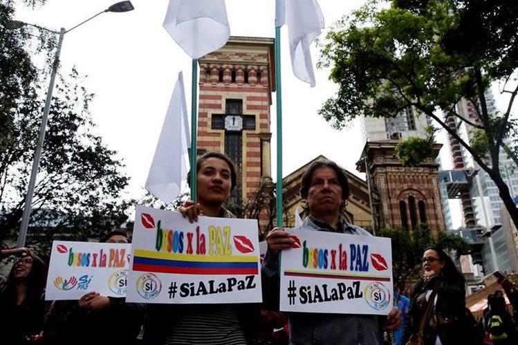 Los colombianos decidirán si apoyan o no los acuerdos de paz a que lleguen el gobierno del presidente Juan Manuel Santos y la guerrilla de las Farc. (Foto Prensa Libre: EFE).