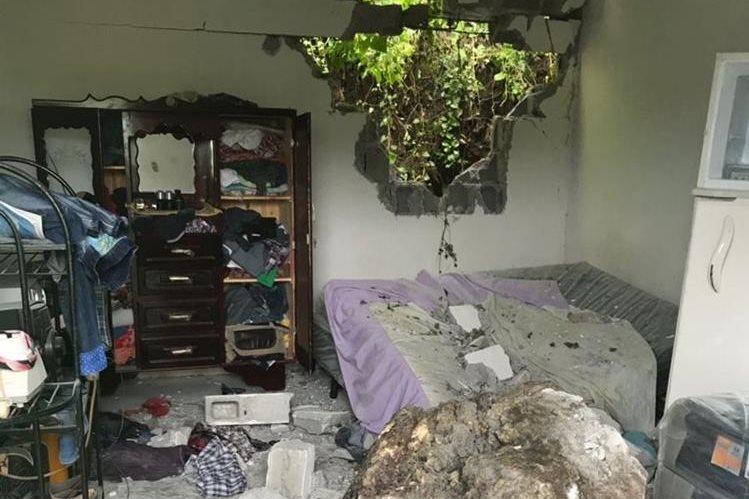 Vivienda en donde ocurrió el deslizamiento de tierra y piedras de gran tamaño. (Foto Prensa Libre: Mario Morales)