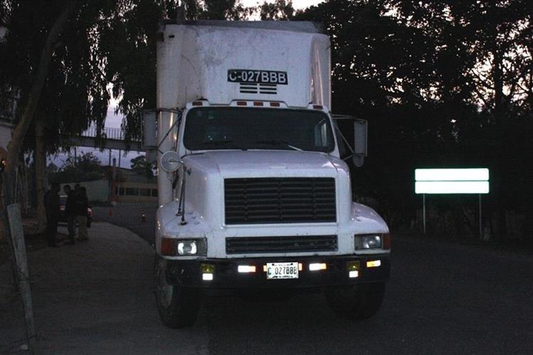 Camión que robado a las dos víctimas en Sansare. (Foto Prensa Libre: Héctor Contreras).