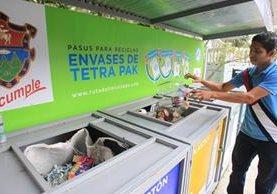 Un vecino deposita botellas plásticas en uno de los municentros de Reciclaje instalados en la zona 2. (Foto Prensa Libre: Estuardo Paredes)