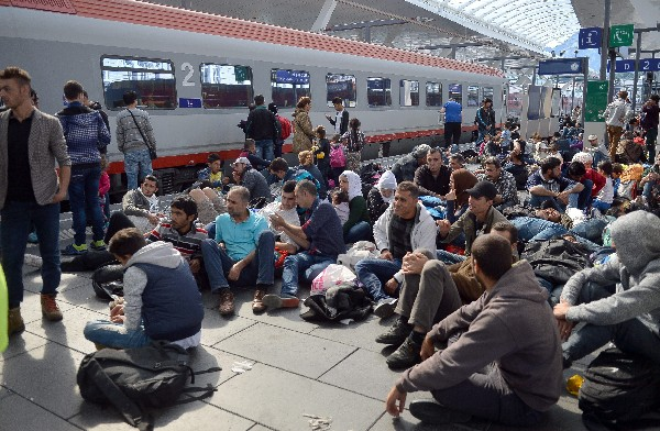 <em>Un grupo de refugiados descansan en la estación central de Salzburgo,Austria.</em>