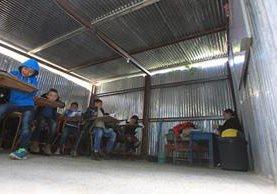 Niños de quinto primaria de una escuela de San Rafael Los Vados atienden sus clases con carencias. (Foto: Esbin García)