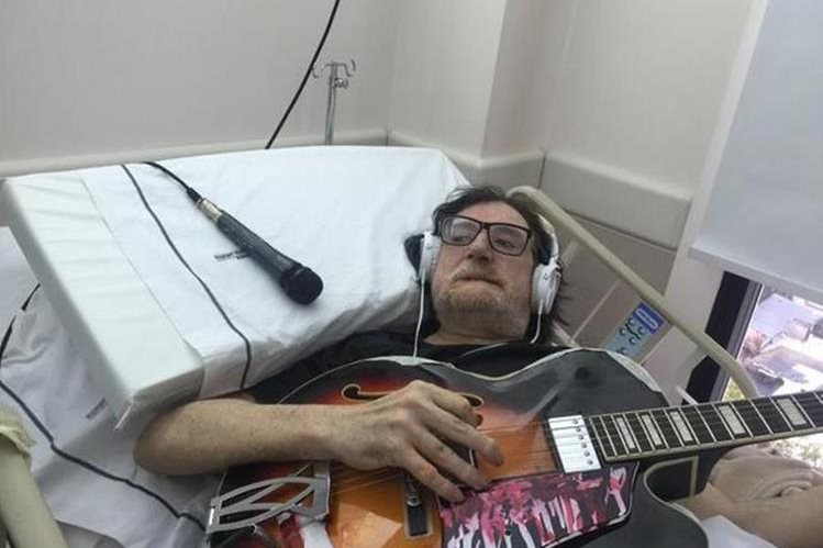 El argentino Charly García interpreta canciones en la sala de un hospital.(Foto Prensa Libre: Tomada de twitter.com/josedpalazzo)