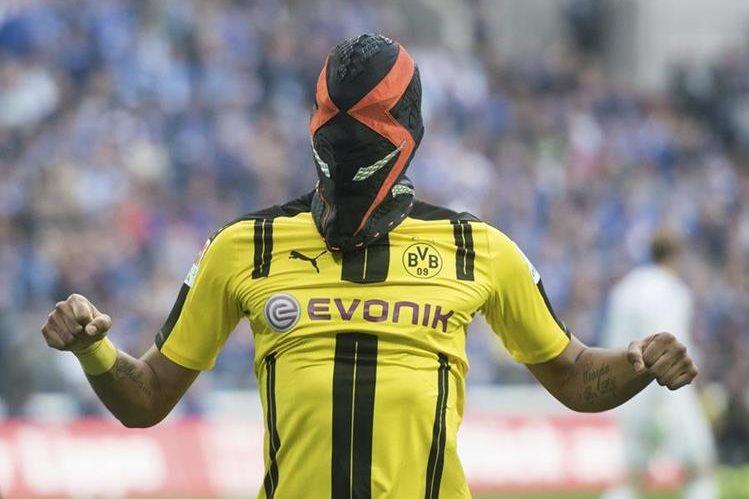 Aubameyang festejó su gol contra el Schalke (1-1) con una máscara de luchador. (Foto Prensa Libre: AP).