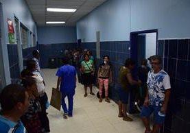 Familiares de personas que permanecen en el intensivo de adultos del Hospital Regional de Escuintla, entre ellos del accidente del domingo, esperan para ver a sus parientes. (Foto Prensa Libre: Enrique Paredes)