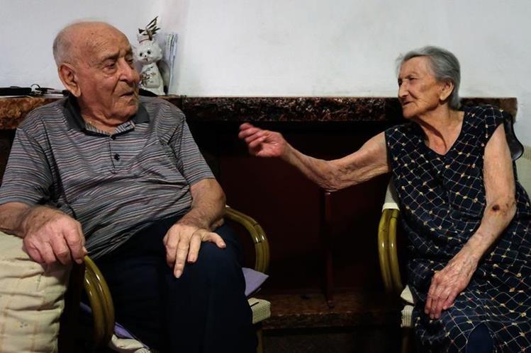 Antonio Vasallo (izq.) de 100 años de edad, junto a su esposa, Amina Fedollo de 93, ambos residentes de Acciaroli, al sur de Italia. (Foto Prensa Libre: AFP).