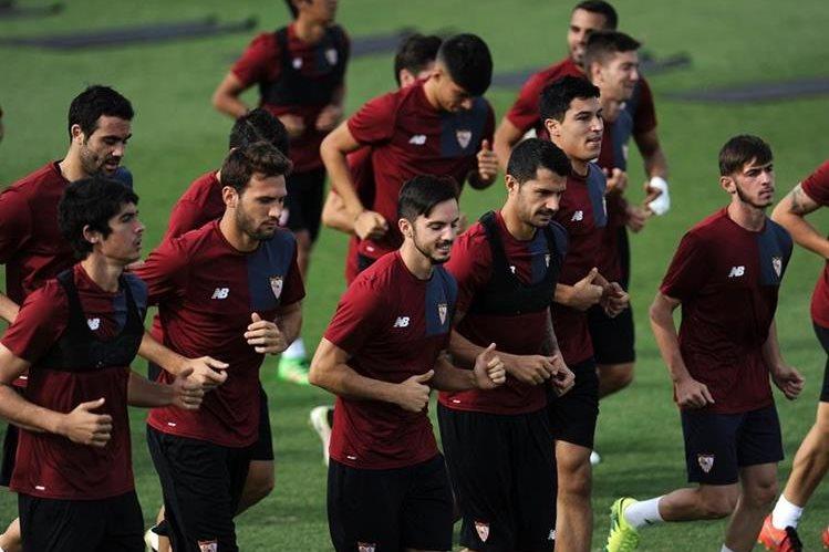 Los jugadores del Sevilla durante el entrenamiento de este lunes en la Ciudad Deportiva previo al partido de la Liga de Campeones de Europa contra el Olympique de Francia. (Foto Prensa Libre: AFP)
