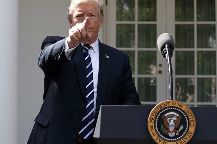 Trump llama a un reportero para que haga una pregunta en el Jardín de Rosas de la Casa Blanca. (AP).