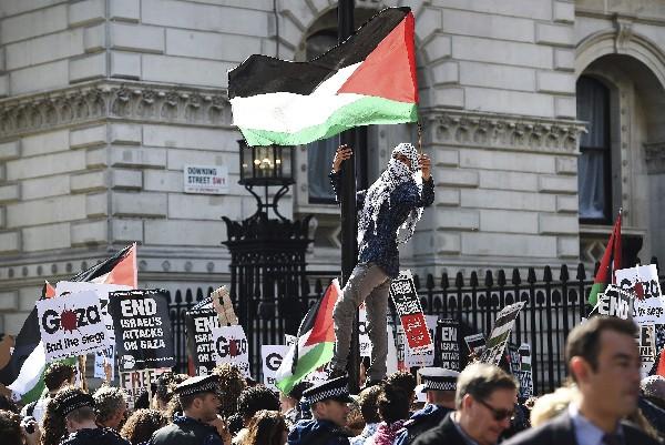 <em>Palestinos protestan en Londres contra la visita del primer ministro israelí Benjamin Netanyahu.</em>