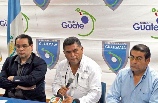 Renato Durán (izquierda), Milton Mendoza (al centro) y Fernando Gómez, son los miembros del Comité Ejecutivo de la Federación. (Foto Prensa Libre: Hemeroteca)