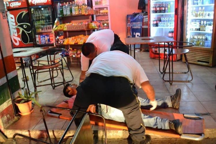 Uno de los heridos es atendido por Bomberos Voluntarios.(Foto Prensa Libre: Mario Morales.)
