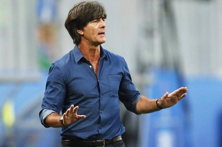 El estratega de Alemania, Joachim Loew, se mantuvo expectante durante la final de la Copa Confederaciones 2017.