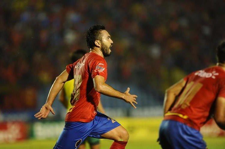 Kamiani corre a festejar el gol que le anotó a Guastatoya durante la final de vuelta del Clausura 2017, que se disputó en el Doroteo Guamuch. (Foto Prensa Libre: HemerotecaPL).