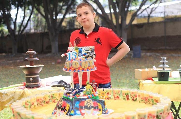 Marco Antonio Fernández Ramírez, quien nació con hipoxia cerebral —déficit de oxígeno—, celebró recientemente sus 15 años. (Foto Prensa Libre: Esbín García)