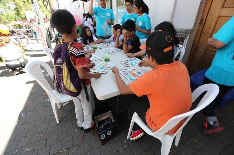 Un grupo de niños comparte jugando lotería