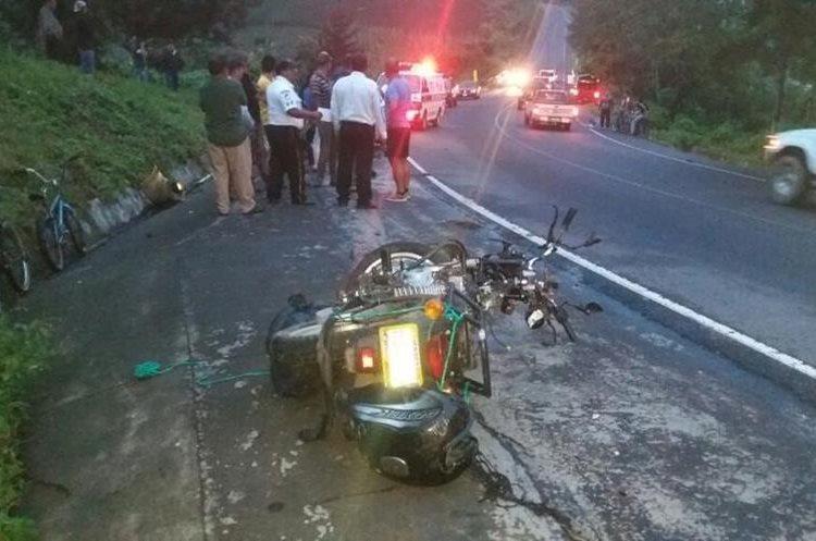 La motocicleta que conducía Huber Griday Argueta Porras, de 24 años, quedó tirada en la ruta. (Foto Prensa Libre: Renato Melgar)