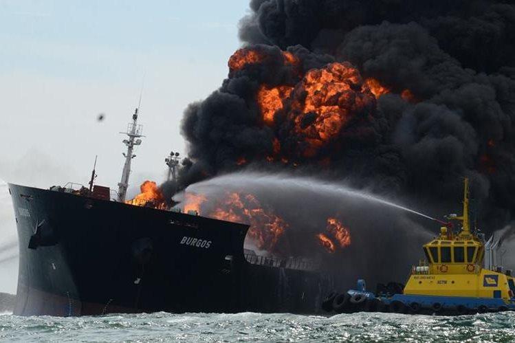 Una embarcación apagafuegos intenta sofocar las llamas del buque que explotó en el Golfo de México. (Foto Prensa Libre: EFE).