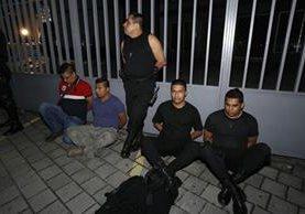 Los cinco agentes de la Policía, fueron detenidos en el kilómetro 8 de la ruta Muxbal, antigua carretera a El Salvador. (Foto Prensa Libre: PNC)