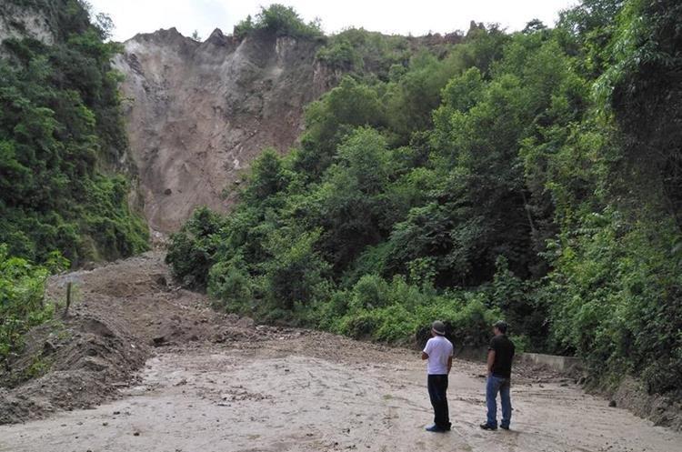 Las lluvias causan desprendimiento de piedras que bloquean la carretera. (Foto Prensa Libre: Ángel Julajuj)