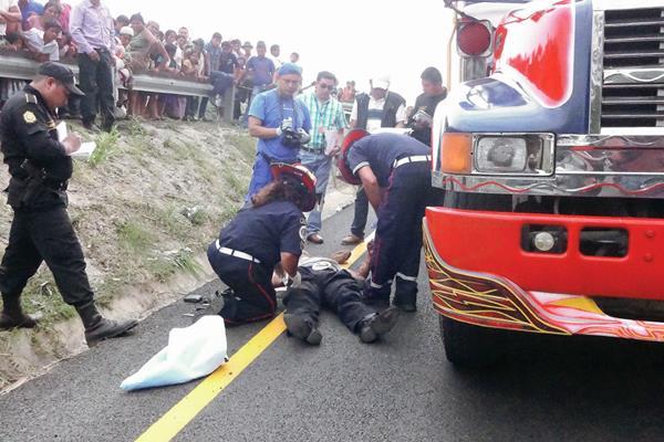 Socorristas atienden  a una parsona que resultó herida durante un asalto a un autobús en Santa Bárbara, Suchitepéquez. (Foto Prensa Libre: Omar Méndez)