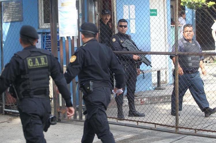 Los guardias de los ingresos recibieron chalecos antibalas. (Foto Prensa Libre: Érick Ávila)