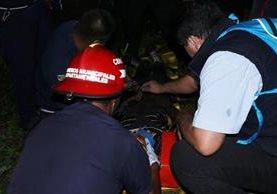 Bomberos rescataron con vida a adolescente que cayó en un pozo. (Foto Prensa Libre: Víctor Chamalé)