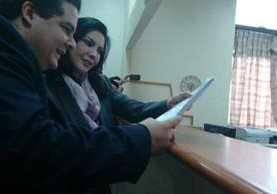 Zury Ríos junto su abogado Juan Carlos Rodil, revisan la acción antes de presentarla a la CSJ. (Foto Prensa Libre: Hemeroteca PL)