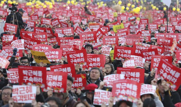 Manifestantes piden la destitución de Park Geun-hye en Seúl, Corea del Sur. (AP).