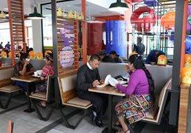 Quetzaltecos degustan amburguesas del nuevo restaurante Burguer King, en la zona 3 de Xelajú. (Foto Prensa Libre: María José Longo)