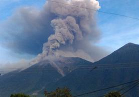 Vista del coloso en plena erupción la mañana de este martes. (Foto: Conred)