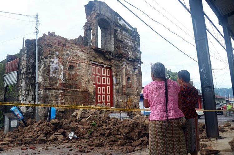 La iglesia Santa Lucía, de San Sebastián Retalhuleu, también fue dañada por el movimiento telúrico. (Foto Prensa Libre: Rolando Miranda)