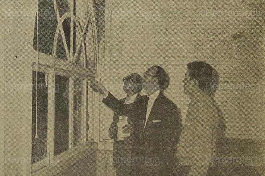 12/03/1962. El estallido ocasionó daños a los ventanales del 2do. piso de la residencia y los vidrios rotos que señala don Isidoro estuviron a punto de ocasionar víctimas. (Foto: Hemeroteca PL).
