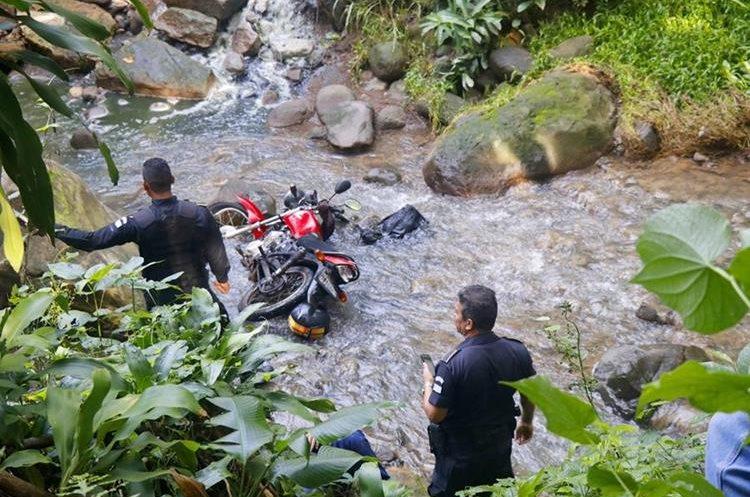 Agentes de la PNC resguardan el cuerpo de  Mérida Hernández en el río Ojo de Agua, Santa Cruz Muluá, Retalhuleu. (Foto: Rolando Miranda)