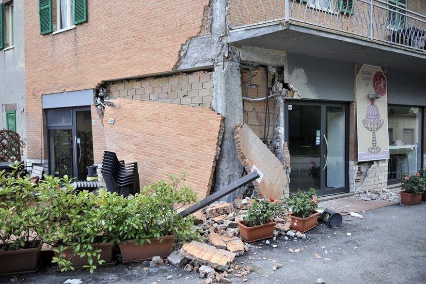 Daños provocados en un local tras la serie de seísmos que sacudieron Camerino, Italia, el miércoles. Un tercer terremoto de magnitud 4,6 en la escala de Richter se dejó sentir en el centro de Italia. (Foto Prensa Libre: EFE).