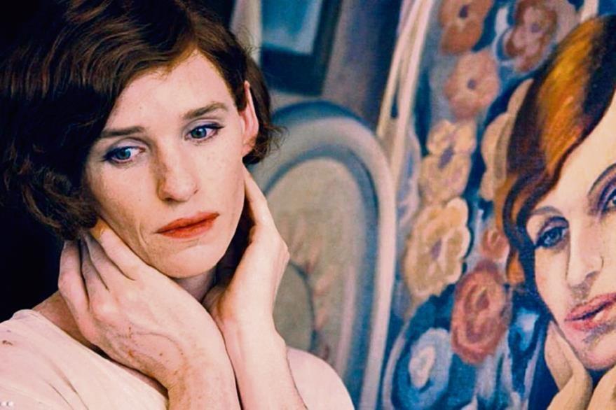 En La chica danesa, Redmayne da vida a un artista que se viste de mujer para ser retratado por su esposa, situación que se sale de control.
