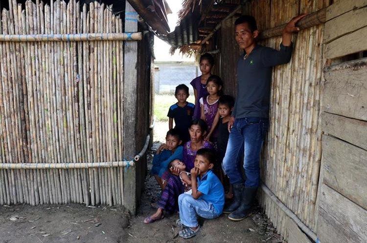 Amalia Xol y su familia en su humilde vivienda en Chisec, Alta Verapaz. El esposo de la mujer se suicidó al saber que había perdido todas sus cosechas. (Foto Prensa Libre: Mike Castillo)