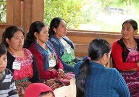 Mujeres de Quiché reciben orientación para evitar la desnutrición en sus hijos.(Foto Prensa Libre: Héctor Cordero)