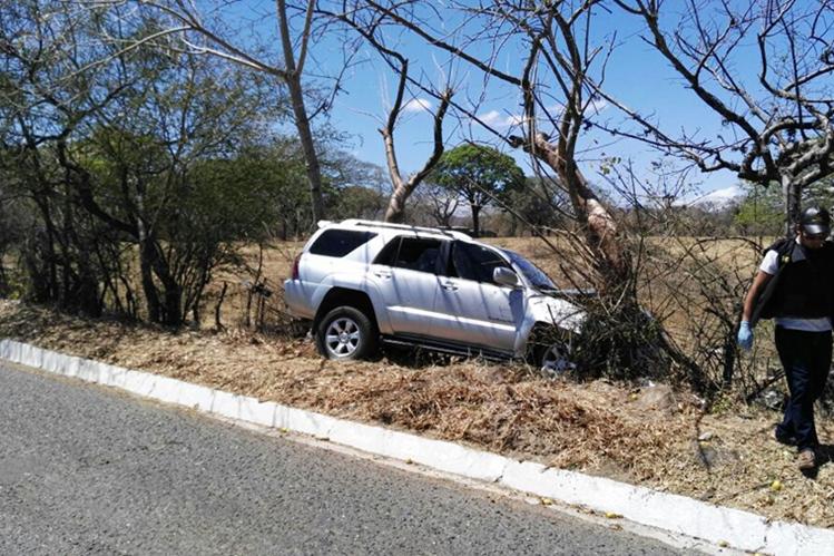 El vehículo en el que viajaban las víctimas, empotrado luego del ataque armado en el kilómetro 120 ruta a El Salvador, Jutiapa. (Foto Prensa Libre: Hugo Oliva)